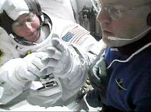 Los astronautas del Discovery, el estadounidense Steve Robinson, y el japonés Sochi Noguchi, regresaron a la Estación Espacial Internacional (ISS) tras un exitoso trabajo en el espacio abierto.