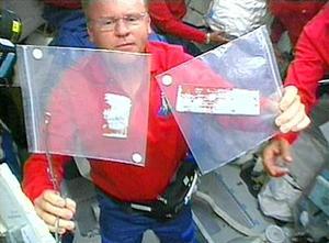 Toda la operación fue coreografiada por el astronauta Andrew Thomas e incluyó el lento desplazamiento del brazo robótico hasta llevar a Robinson cerca de los puntos donde estaban las protuberancias en el vientre del transbordador