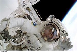 Después de que Robinson y Noguchi realizaron otros trabajos en el exterior del transbordador y la estación, el brazo robótico de Alfa se desplazó hasta un punto en el cual el astronauta estadounidense se sujetó a la plataforma móvil.