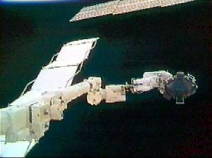 <B>LA REPARACIÓN</B>  La reparación, sin precedentes, a una órbita de 385 kilómetros sobre la Tierra, fue el momento culminante del tercer paseo espacial de esta misión del Discovery, la primera desde que en febrero de 2003 el Columbia se desintegró cuando retornaba a la Tierra.