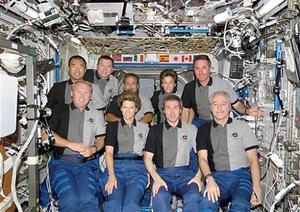 En un día en que los tripulantes del transbordador Discovery rindieron tributo a los colegas que perecieron en el Columbia, la comandante de la misión, Eileen Collins, dijo que tenía plena confianza en poder regresar a salvo a la Tierra la semana entrante.