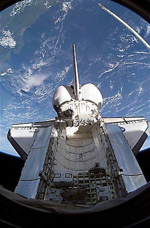 Entretanto, a medida que Discovery continuaba su misión orbital, la tripulación envió imágenes de nuestro planeta tomadas con sus cámaras, habló durante algunos minutos acerca de su exploración espacial y rindió tributo a los que no pudieron regresar a la Tierra.