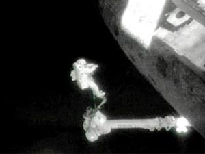 La investigación de la catástrofe determinó que una ruptura de la cubierta aislante de la nave -causada por trozos de espuma desprendidos del tanque de combustible en el lanzamiento- causó fisuras en el escudo de protección térmica, lo que permitió la entrada de gases muy calientes que desintegraron el 'Columbia'.