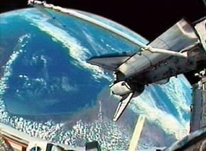 Poco antes de que los astronautas completaran la décima jornada en el espacio con más de 145 órbitas en torno a la Tierra, el control de misión en el Centro Espacial Johnson de Houston (Texas), les comunicó que los experimentos en túnel de viento y otras pruebas indican que el trozo de material dañado sobre la cabina no causará problemas cuando la nave reingrese a la atmósfera.