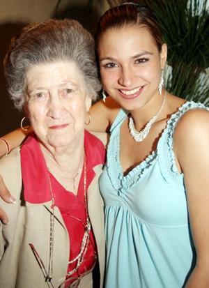 Señora María del Rosario Madero de García de Alba con su nieta Ana Rosa.