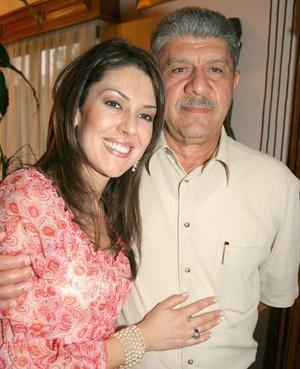 <b>04 de agosto 2005</b><p> Nancy Kury junto a su papá Antonio Kury, en reciente festejo familiar