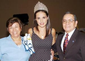 <b>05 de agosto 2005</b><p> Nora González, reina saliente de la Feria de Torreón, acompañada de los señores Javier Ruiz y Jose Ávila de Ruiz.