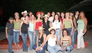 j Con una divertida fiesta Vanessa Delagadillo celebró su cumpleaños, acompañada por un grupo de amigas.