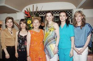 j La festejada junto a su mamá, Blanca Cañamar de Flores y sus hermanas Blanca, Laura, Norma y Alma.