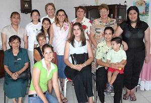 Alma Rosa Aranda Rivera acompañada por un grupo de familiares y amigas, quienes asistieron a la fiesta de canastilla que se le ofreción en días pasados.