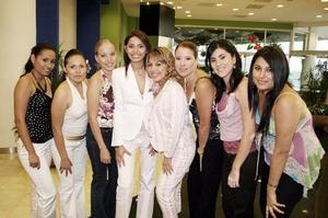 Dulce Patricia Villarreal Velázquez, acompañada de un grupo de amigas.