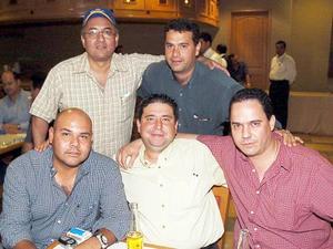 <b>05 de agosto 2005</b><p> Israel Jiménez, Jesús Vargas, Sr. Chávez, Enrique Ducoulomber y el doctor Barocio.