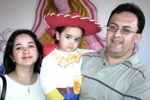 La pequeña Stefy Rivera Tabares con sus papás en su fiesta de cumpleaños.