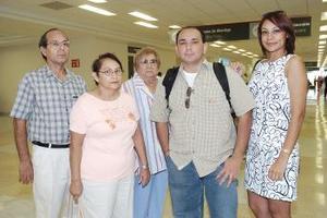Rogelio viajó a Tijuana y fue despedido por Irene, Rogelio, Mary y Maru.