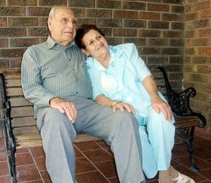 Don Teófilo Murra Talamás y Yemile Giacomán de Murra continúan tan namorados como aquel día.