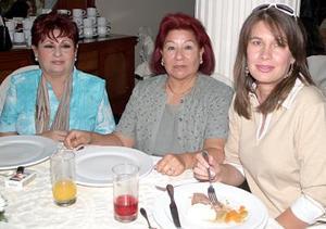 <b>06 de agosto 2005</b><p> Alejandra de Murra, Isabel Villarreal  y Ana María Tumoine.