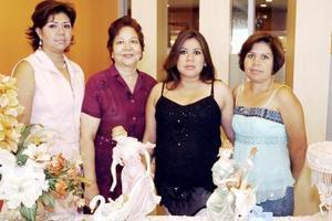 <b>06 de agosto 2005</b><p> Liliana Martínez de Contreras disfrutó de una fiesta de canastilla en honor al bebé que espera, que le ofrecieron su mamá, Josefina de Martínez y sus hermanas Conchis y Claudia Martínez.