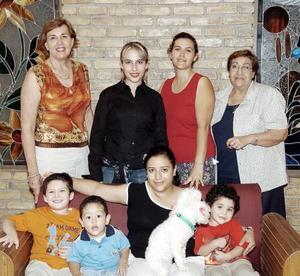 Dulce Lozano de Verano, Blanca Jiménez de Verano, Paty de Mathus, María Luisa Dingler, Luisito Verano, Joel Verano, Facundo Mathus y Yasmín Elizabeth.