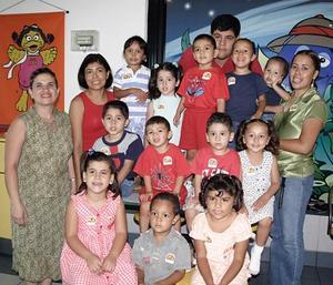 El pequeño Alejandro Armijo Ramos, acompañado por un grupo de amigos y familiares a la fiesta infantil que le organizaron .