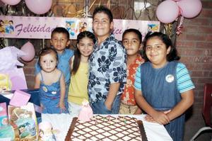 Magaly Izabella Pérez Navarro acompañada por amigos, en su convivio de cumpleaños.