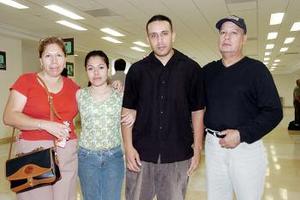 José Luis, Israel y Martha Carmona viajaron a Los Ángeles, lo despidió Irlanda Estrada.