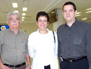 <b>06 de agosto 2005</b><p> Héctor Venegas viajó a San Diego y lo despidieron Patricia y Héctor Venegas.