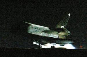 El 'Discovery' soportó temperaturas superiores a los mil 300 grados centígrados cuando, a una velocidad de 26 mil kilómetros por hora, entró en la atmósfera terrestre, en lo que ha sido el retorno de un transbordador que se ha seguido con más atención popular desde que comenzaron estas naves sus misiones espaciales en 1981.