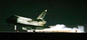 A pesar del éxito del vuelo del 'Discovery', rodeado de expectativas, todo el programa de transbordadores de EU ha vuelto a quedar en suspenso mientras la NASA estudia por qué volvieron a desprenderse trozos de espuma aislante del depósito de combustible exterior en el lanzamiento.