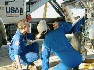Felicidades, fue un vuelo realmente espectacular', dijo uno de los operadores a la tripulación una vez que la nave se detuvo en la pista. 'Bienvenidos a casa, amigos'.  Respondió la comandante del Discovery, Eileen Collins: 'Estamos contentos de estar de vuelta, y felicitamos al equipo por un buen trabajo'.