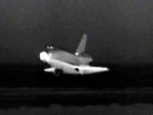 El Discovery no sufrió ningún problema al atravesar la atmósfera de la Tierra y se deslizó suavemente sobre la pista de aterrizaje en el desierto Mojave antes de salir el Sol.