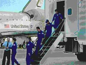 El Discovery reingresó a la atmósfera para descender cruzando el Océano Pacífico antes de aterrizar en la base aérea Edwards en el desierto de Mojave, en California, después de 14 días de misión que incluyeron una estadía en la Estación Espacial Internacional.