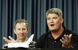 Mike Leinbach (der.), director de la misión durante una conferencia de prensa celebró el regreso de los astronautas sanos y salvos. <p> Tambien afirmó que el programa de transbordadores había