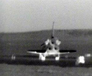 El transbordador espacial Discovery y sus siete tripulantes retornaron a la Tierra, dando un exitoso final al regreso del hombre a los vuelos espaciales tras dos años y medio de pausa después de la destrucción del Columbia en el 2003.