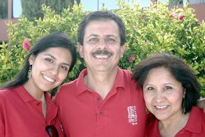 José Ignacio Tapia García festejó su cumpleaños con un convivio, acompañado por su esposa Adelita Medina de Tapia y su hija Magdalena.