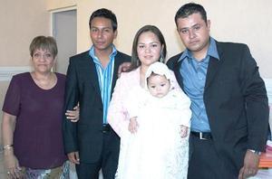 La pequeña  Ana Regina junto a sus padres, Alfonso Adame y Adriana Juárez Adame, y sus padrinos, Jorge Cruz y Rosalinda Álvarez.