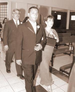 Mireya Torres Pulido, acompañando a su hijo Daniel en la ceremonia religiosa.