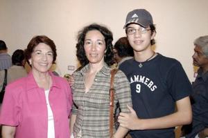 <b>07 de agosto 2005</b><p> Yolanda E. de Gómez, Norma Gómez y David Curiel Gómez.