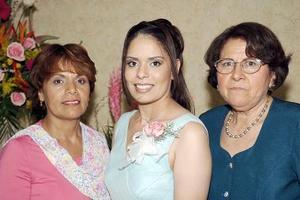 Rocío Elizabeth Muñoz López, acompañada por las organizadoras de la despedida de soltera que le ofrecieron en días pasados.