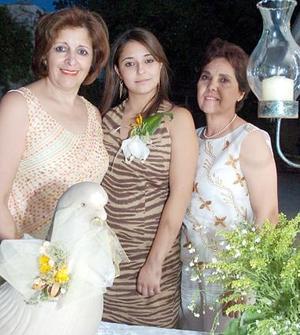 <b>07 de agosto 2005</b><p> Tessy Rodarte Peña, acompañada de las anfitrionas de su despedida de soltera, Alejandra Peña de Rodarte y su suegra, Lydia González.