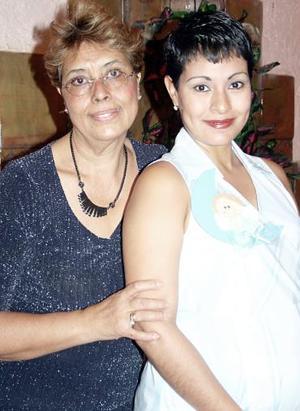 <b>07 de agosto 2005</b><p> Olivia López de Loera espera el nacimiento de su primer bebé, aquí con la su mamá.