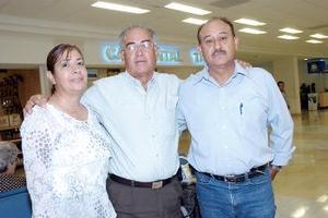 <b>07 de agosto 2005</b><p> Teodoro Echeverría, María de los Ángeles Flores y Adán Echeverría, viajaron a Mexicali.