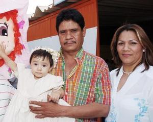 La pequeña Diana Margarita festejó su primer año de vida, con una piñata preparada por sus papás, Jesús Murillo y Rosa Velia Rodríguez.