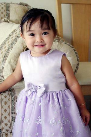 La pequeña Mey Lay Pang, captada en un alegre festejo.