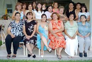 Familiares y amigos felicitaron a Socorro Ponce con motivo de su cercano enlace, en la fiesta de despedida que le ofrecieron hace unos días.