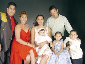 Homero del Bosque, Brenda Chávez Mendiola, Amalia Mendiola, Andrés Mendiola, Homero, Daniela y Rodriguito del Bosque Chávez, captados en reciente festejo familiar.
