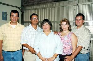 María Elena Mejía de macías con sus hijos Armando, Juanita, Jesús y Jorge Alejandro Macías Mejía, en su fiesta de cumpleaños.