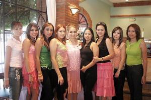 Luzma Castañeda recibió múltiples felicitaciones de sus invitadas, en la despedida de soltera que le ofrecieron por su cercano matrimonio.