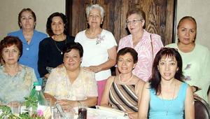 Rosa María Valdepeñas de Jáquez, Lupita Cortinas, Norma Cardona, Cony Plata de Carrillo, Laura de Guerra, Licha de Montenegro, Amparo de Castro y Velia de Martínez, acompñan a la homanajeada.