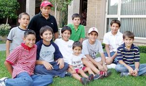 Santiago Talamás Andonaegui viajará a Estados Unidos para continuar sus estudios y por ello fue despedido por sus amigos.