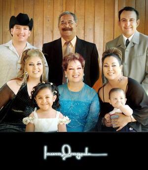 Sra. Hortensia Soto  de Garibay festejó su cumpleaños el pasado tres de julio de 2005, acompañada por su esposo Sr. Gilberto Garibay y sus hijos.